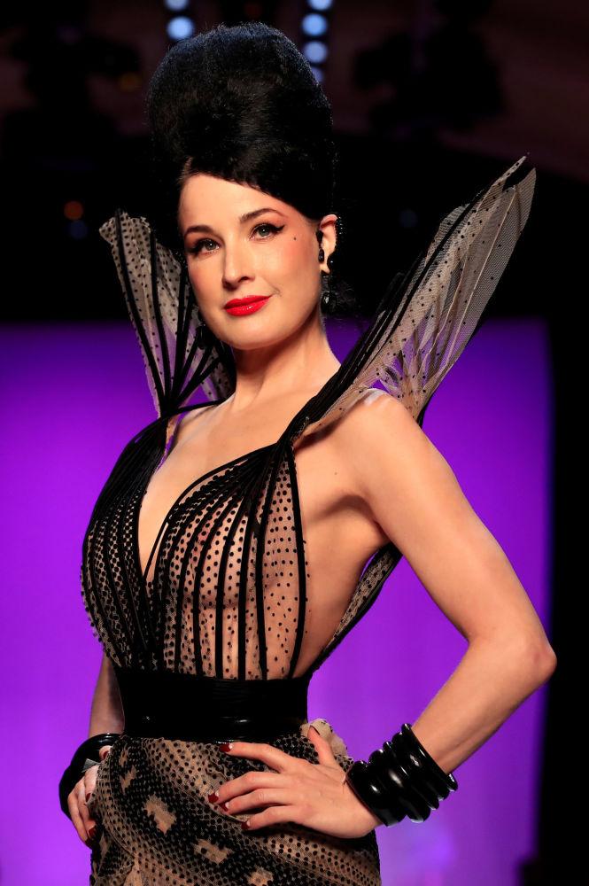 Дита фон Тиз представляет коллекцию дизайнера Жан-Поля Готье в рамках Недели моды в Париже, Франция