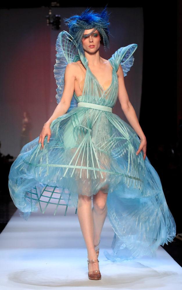 Модель представляет коллекцию дизайнера Жан-Поля Готье в рамках Недели моды в Париже, Франция