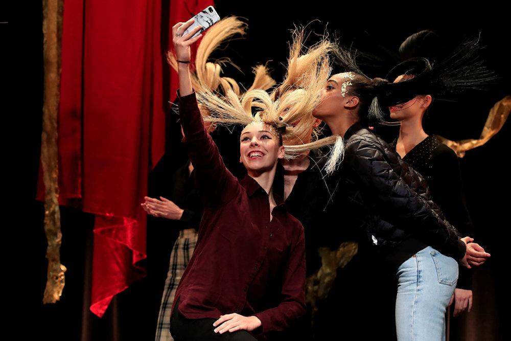 Модели делают селфи во время репетиции перед показом коллекции Haute Couture