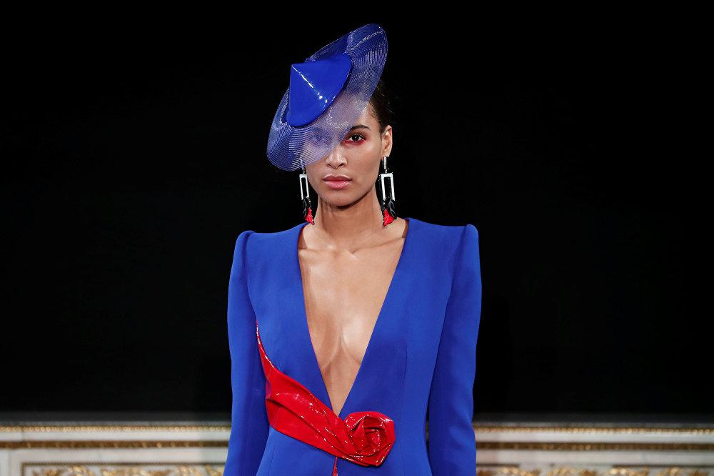 Модель представляет творение итальянского дизайнера Джорджио Армани
