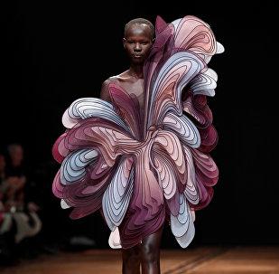 Модель представляет творение голландского дизайнера Iris van Herpen