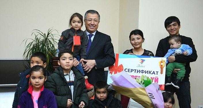Молодая многодетная мать Жазира Тургынова получила ключи от 4-комнатной квартиры