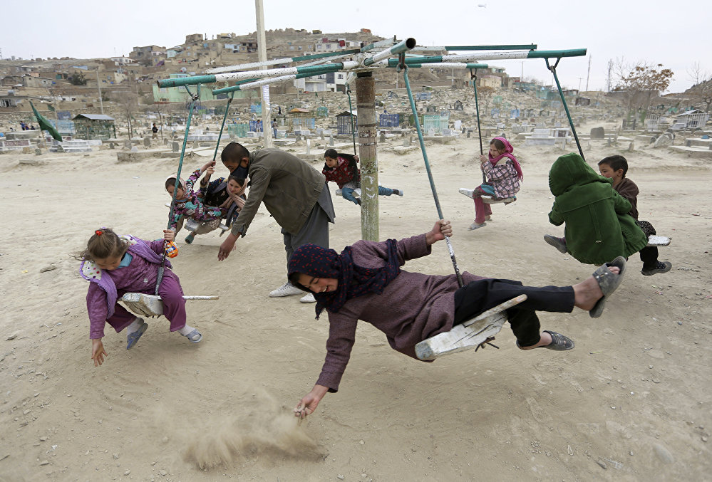 Дети катаются на качелях в Кабуле, Афганистан