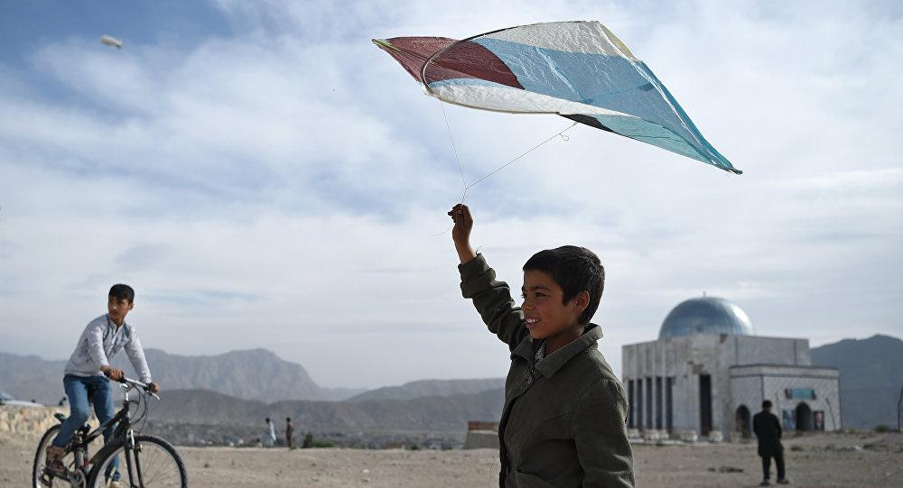 Мальчик пускает воздушного змея