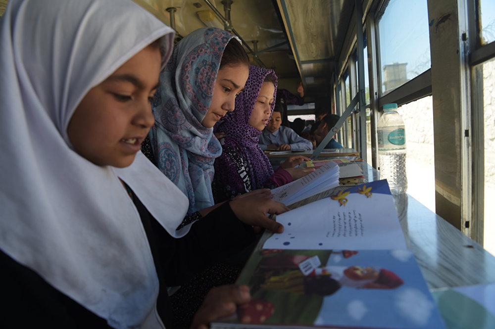 Афганские девочки в библиотеке