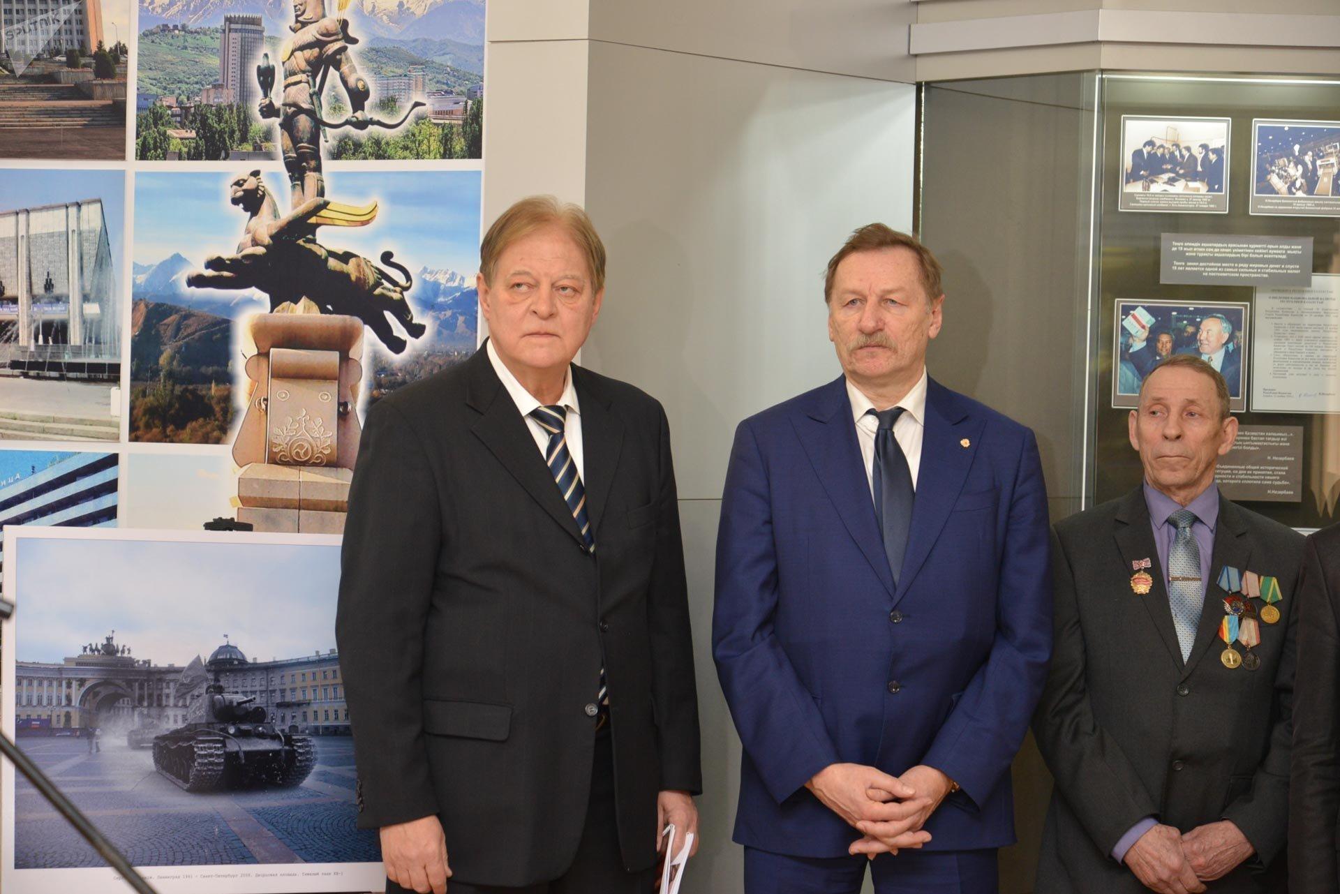 Советники Посольства РФ в Казахстане Константин Воробьев и  Алексей Коропченко на открытии фотовыставки