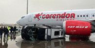 Перевернутый автомобиль в аэроорту Анталии после урагана