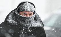 Мужчина во время снегопада