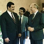 7 апреля 1988 года: встреча в Ташкенте Генерального секретаря ЦК КПСС М. С. Горбачёва и Президента Афганистана Наджибуллы, на которой были приняты решения, позволяющие немедленно подписать Женевские соглашения и начать вывод войск с 15 мая 1988 года, как ранее предполагалось. На фото: Генеральный секретарь ЦК КПСС Михаил Горбачев (справа) и Президент Республики Афганистан Мохаммад Наджибулла (слева) перед началом официальной встречи.