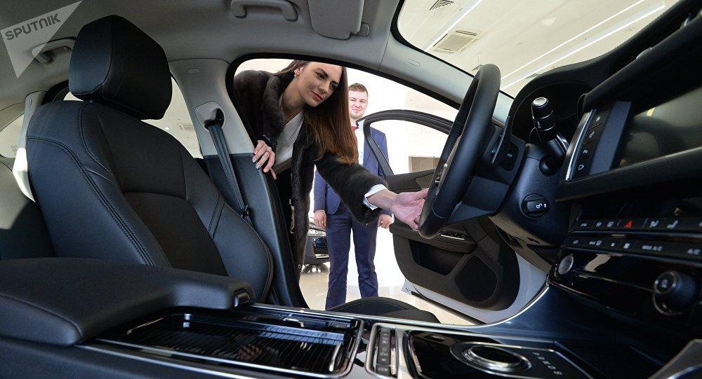 Покупатель осматривает автомобиль, архивное фото