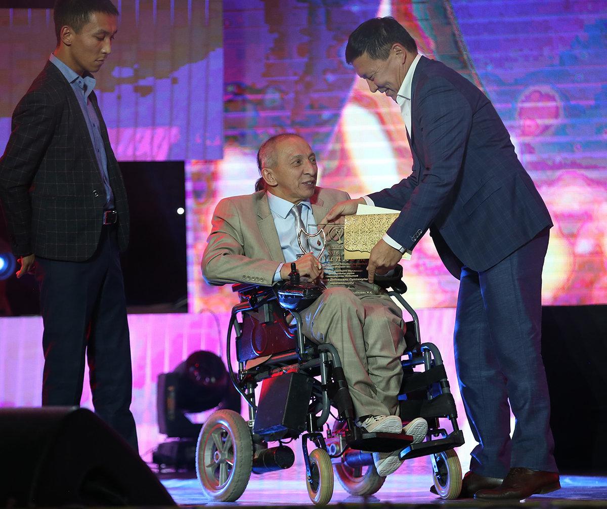 Награждение победителя в номинации За помощь инвалидам премии Алтын Жүрек