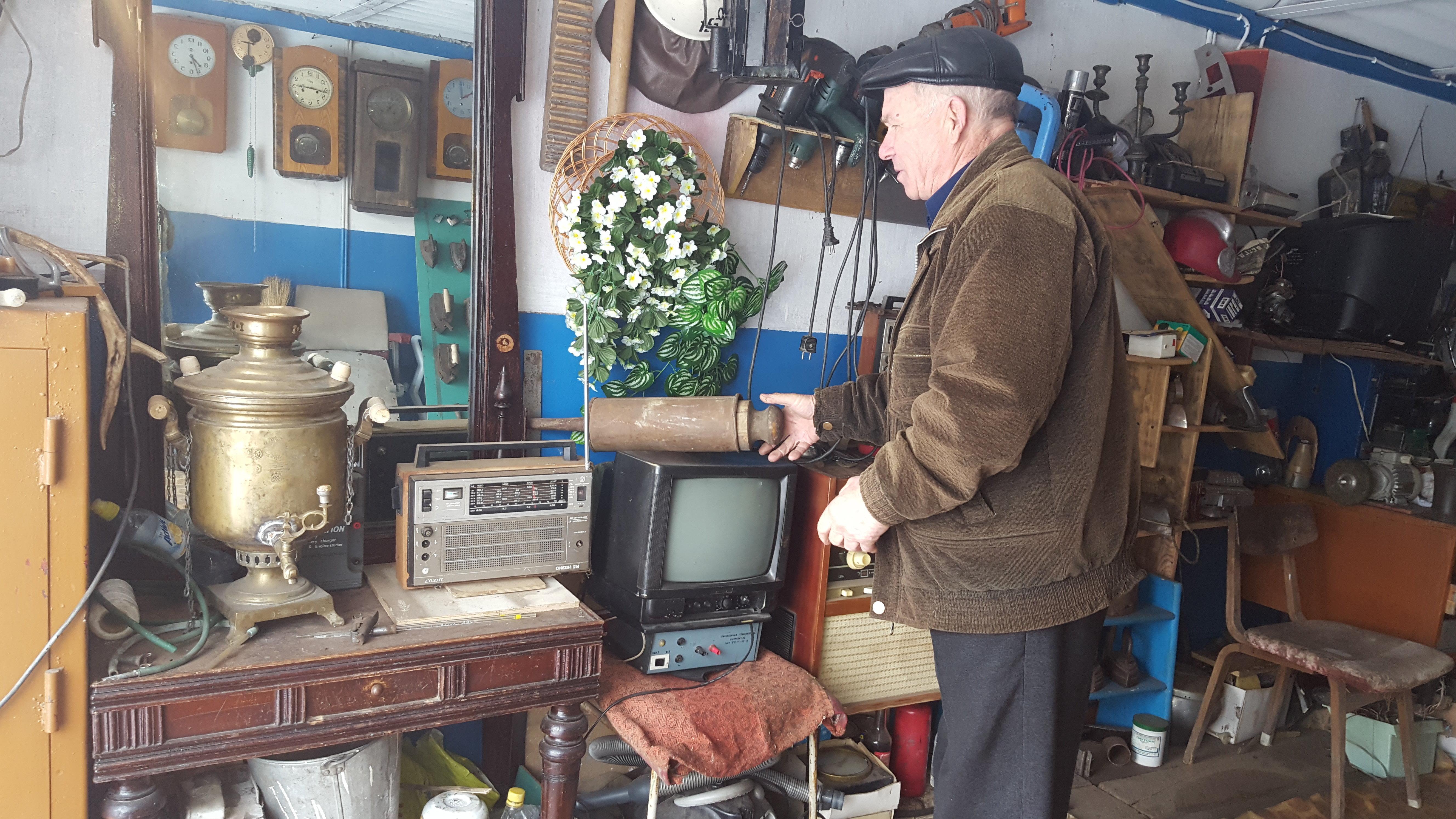 Коллекционер раритетных автомобилей  и предместов Анатолий Габченко