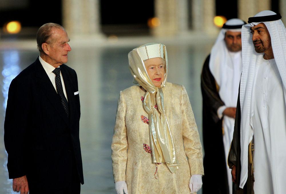Королева Великобритании Елизавета II и ее муж принц Филипп (слева) вместе с наследным принцем Абу-Даби шейхом Мухаммедом бен Заидом Нахайяном при посещении Великой мечети шейха Зайда в столице Эмиратов 24 ноября 2010 года.