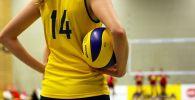 Девушка с волейбольным мячом, архивное фото