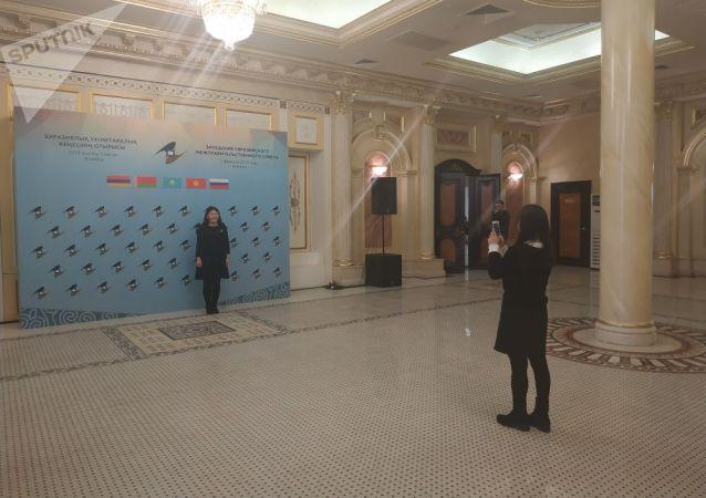 Журналисты фотографируются в пресс-зале в ожидании премьер министров стран ЕАЭС в рамках заседания Межправительственного совета