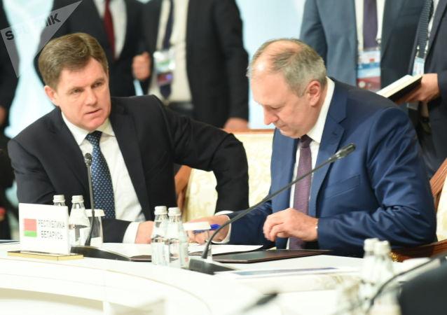 Премьер-министр Республики Беларусь Сергей Румас подписывает документ в рамках заседания Межправсовета ЕАЭС