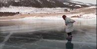 Бабушка катается на коньках по Байкалу - видео