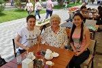 Анита Рай Уорд с Жаннур и ее сестрой Балжан в Алматы, июнь 2018 года