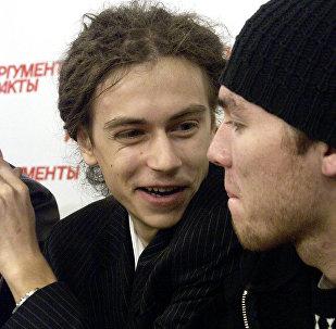 Рэп-певец ДеЦл (слева) на пресс-конференции