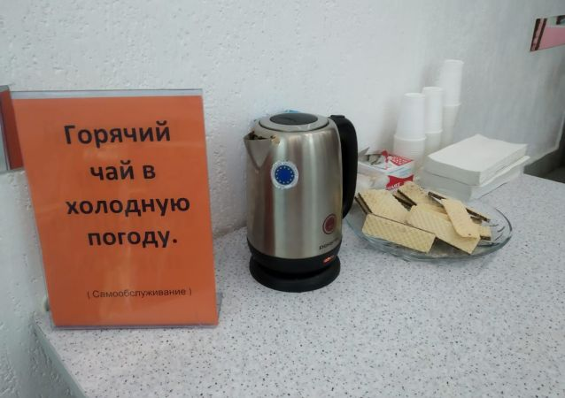 Посетителям в некоторых столичных магазинах предлагают согреться в морозную погоду горячим чаем
