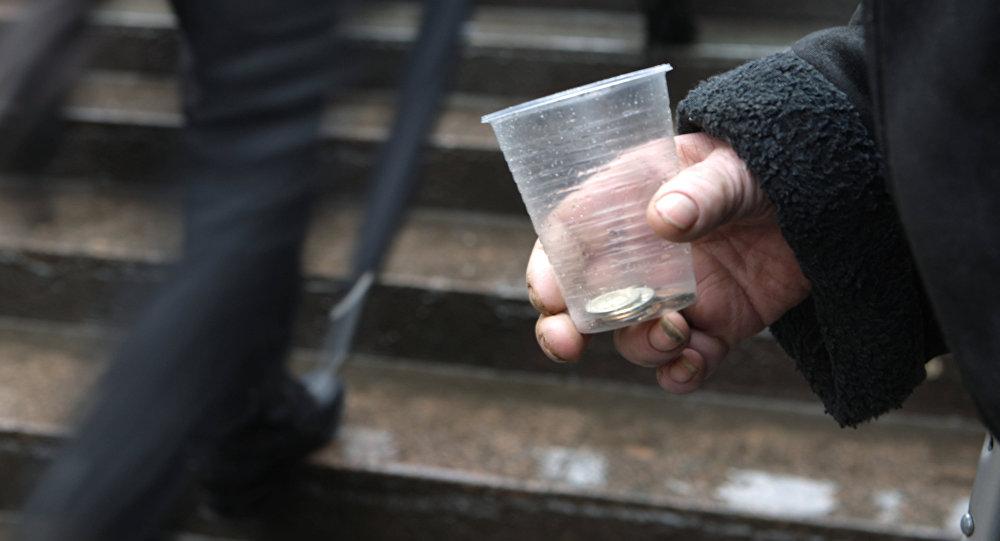 Деньги в пластиковом стакане в руке