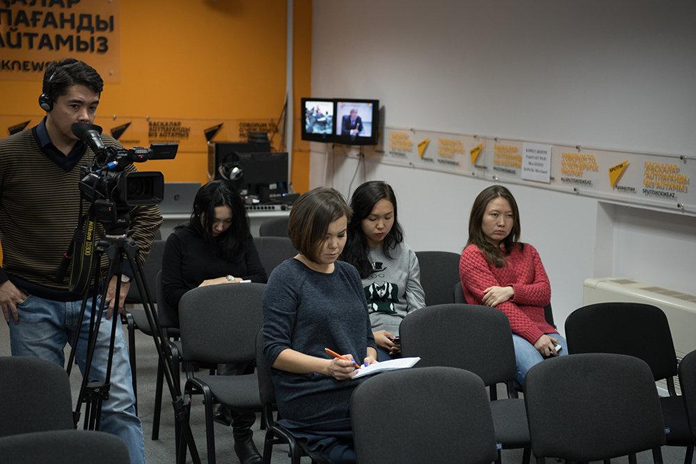 Журналисти в студии  Sputnik Казахстан во время пресс-конференции, посвященной Всемирному дню борьбы с инсультом