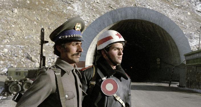 Советский регулировщик и афганский солдат несут службу по охране высокогорного тоннеля на перевале Саланг