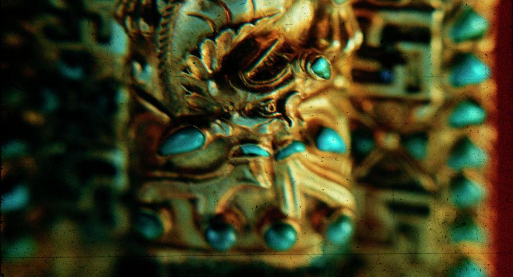 Золотые украшения, найденные при раскопках на холме Тилля-Тепе