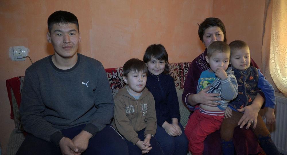 Семья с семью детьми живет во времянке в Астане