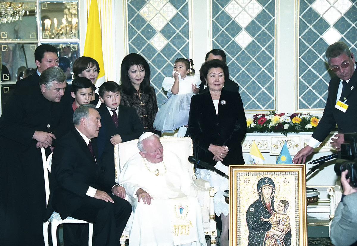 Иоанн Павел әкей Нұрсұлтан Назарбаевтың шақыртуымен Астанаға келген кезде түсірілген сурет