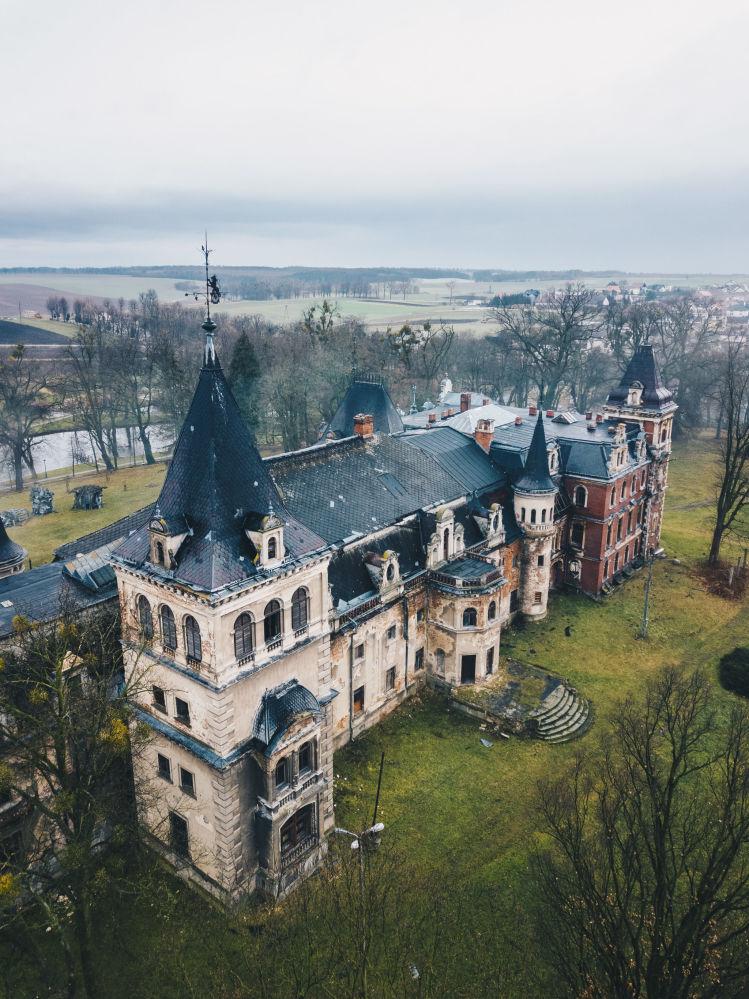Заброшенный дворец Krowiarki в Польше был возведен еще в начале XIX века, пережил Вторую мировую войну. В середине прошлого века в нем располагалась больница. Сейчас дворец разрушается.
