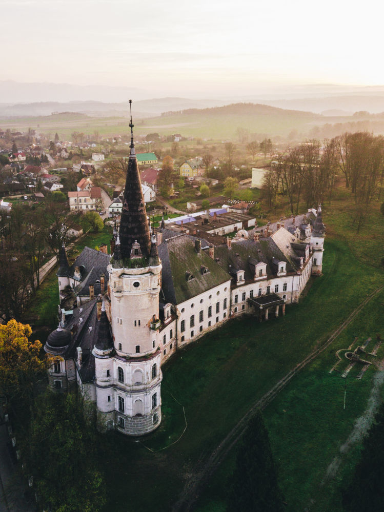 Заброшенный замок в Божкове в Польше. Здание возвели в XVI веке. Сейчас старинное сооружние находится в заброшенном состоянии.