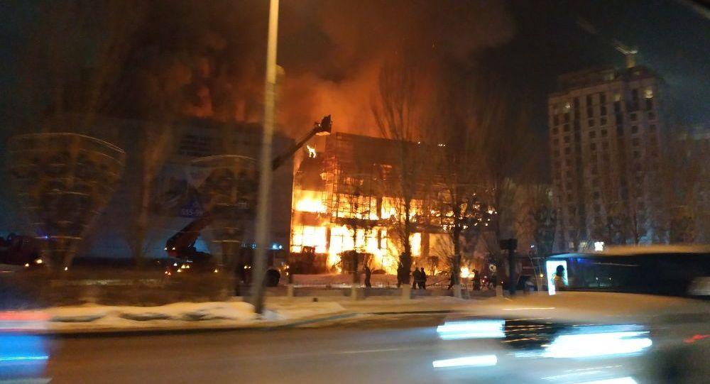 Крупный пожар тушат на левобережье Астаны