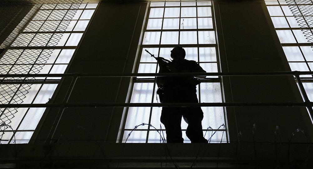 Охранник следит за блоком смертников в гостюрьме в Сан-Квентине (США, Калифорния).Архивное фото