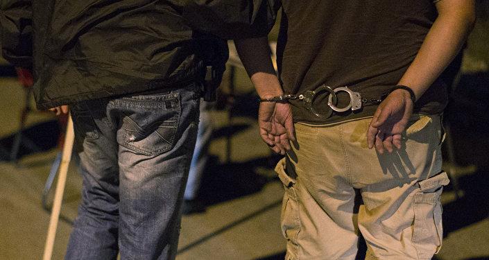 Архивное фото человека в наручниках