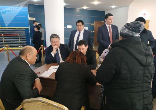 Представители городского филиала партии Нур Отан принимают граждан по проблемным вопросам