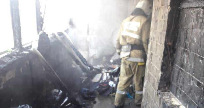 Пожар в многоквартирном доме, архивное фото