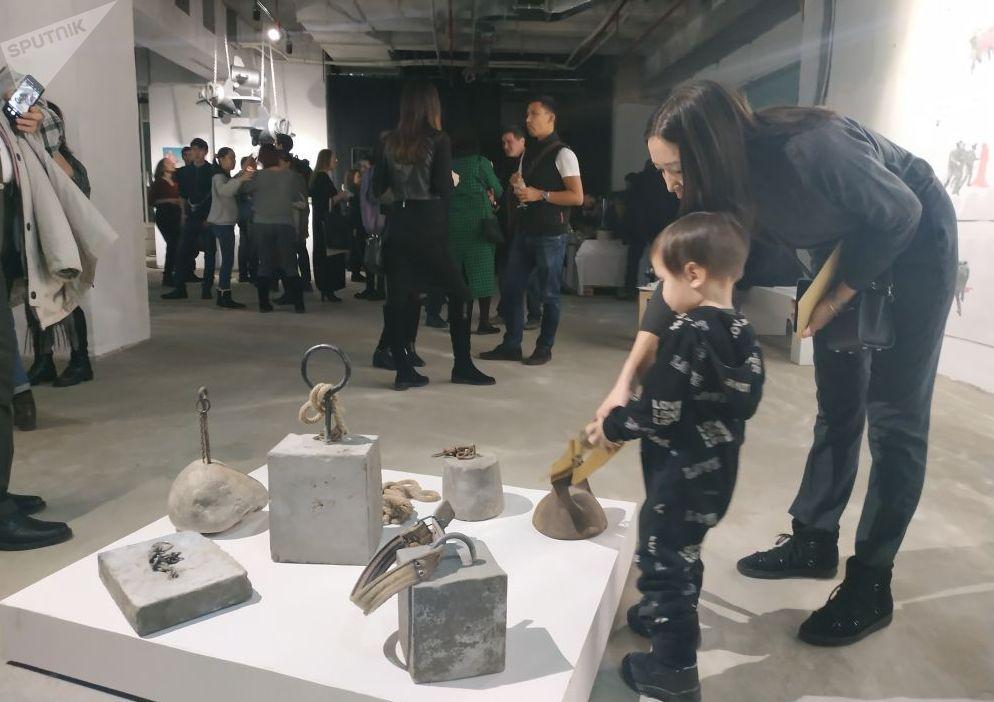 Посетители выставки, посвященной 70-летию подписания Декларации прав человека