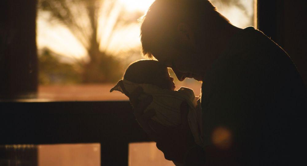 Ребенок на руках у мужчины
