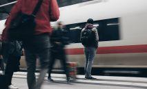 Мужчина в ожидании поезда