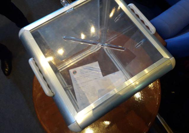 В зале есть специальные прозрачные ящики для письменных обращений граждан