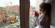 Заселение многодетной семьи в новую квартиру, архивное фото