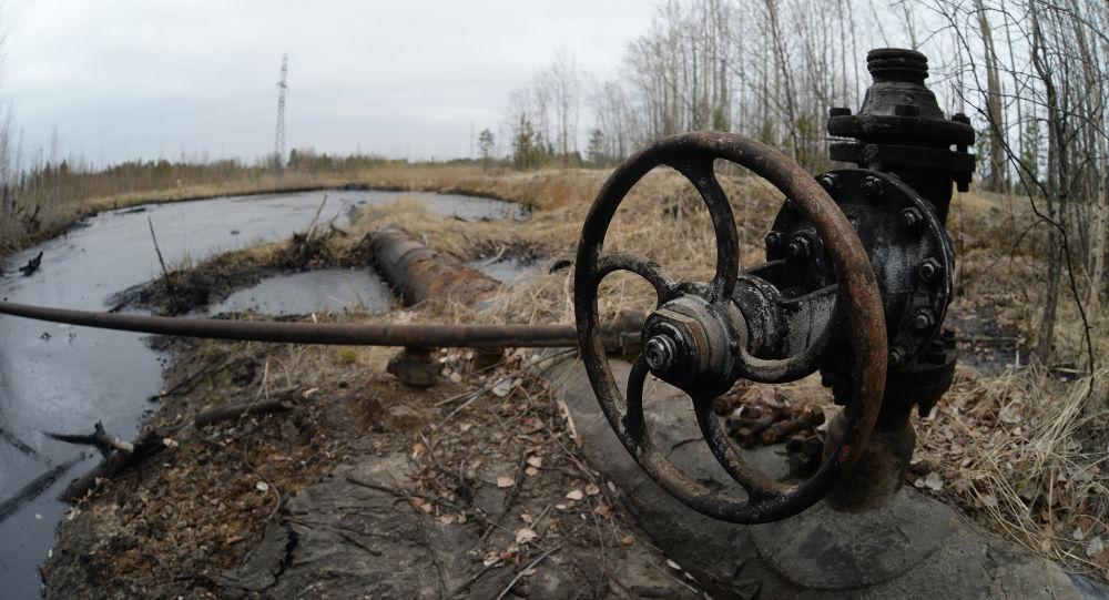 Вентиль на старом нефтепроводе, архивное фото