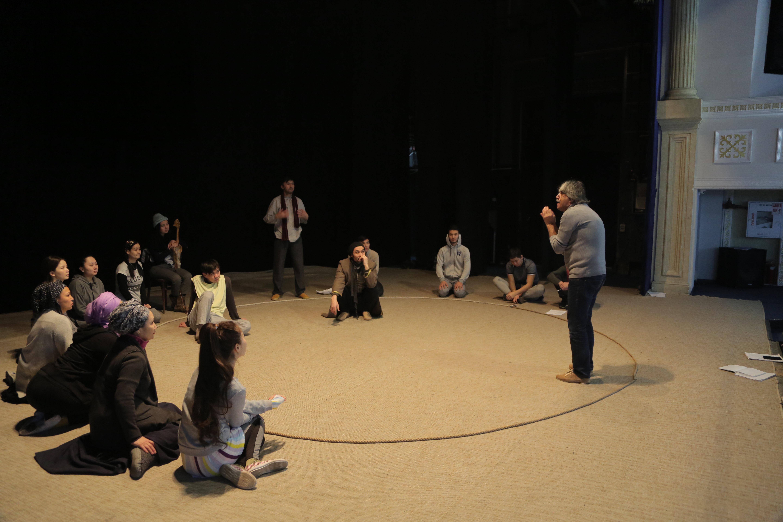 Қаллеки театрында дайындық барысында түсірілген сурет