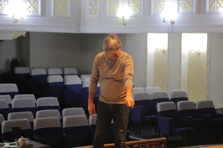 Қаллеки театрындағы премьераға дайындық кезінде түсірілген сурет