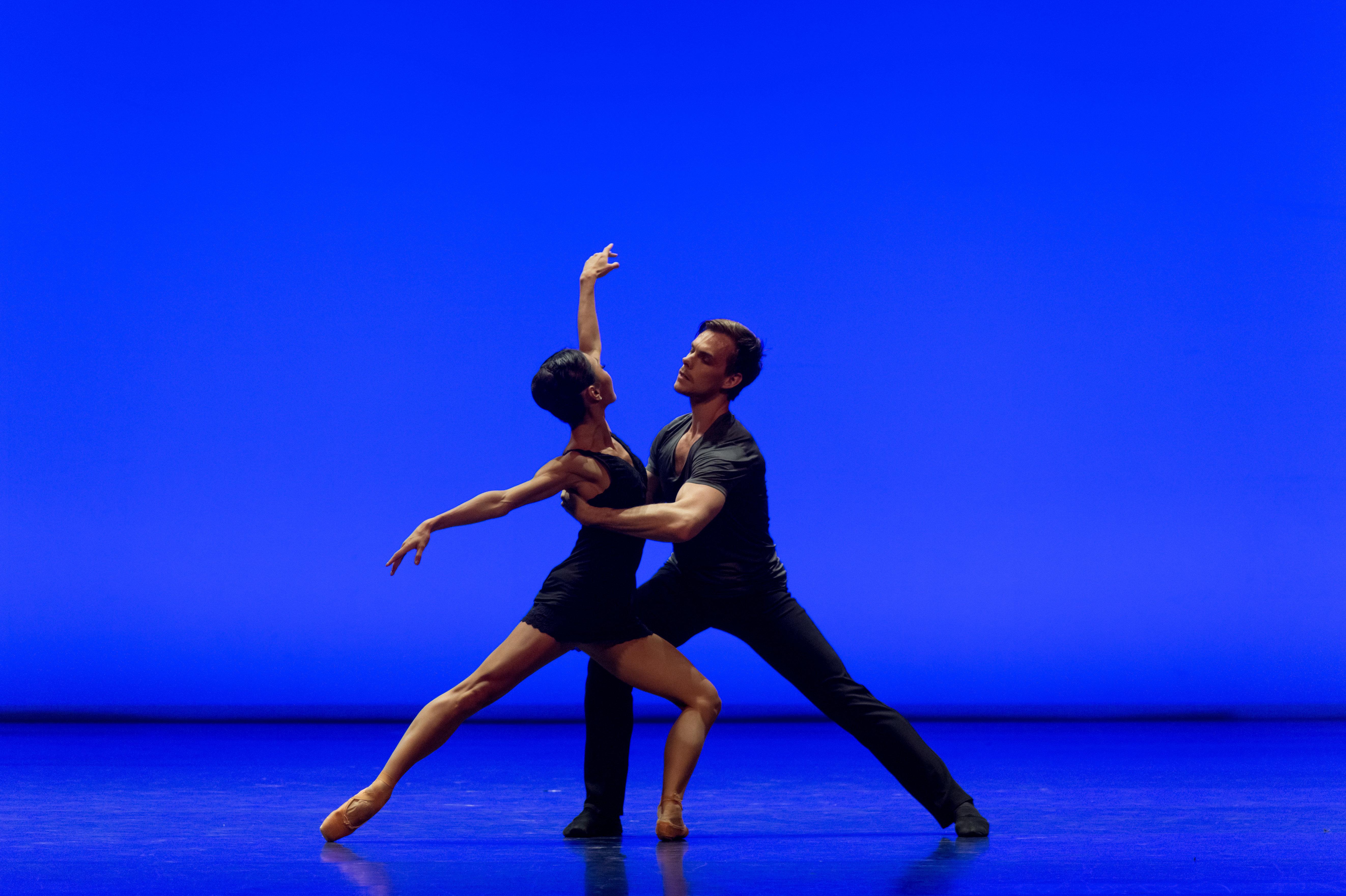 Астана балет театрының Қарағандыға сапары кезіндегі қойылымда түсірілген сурет