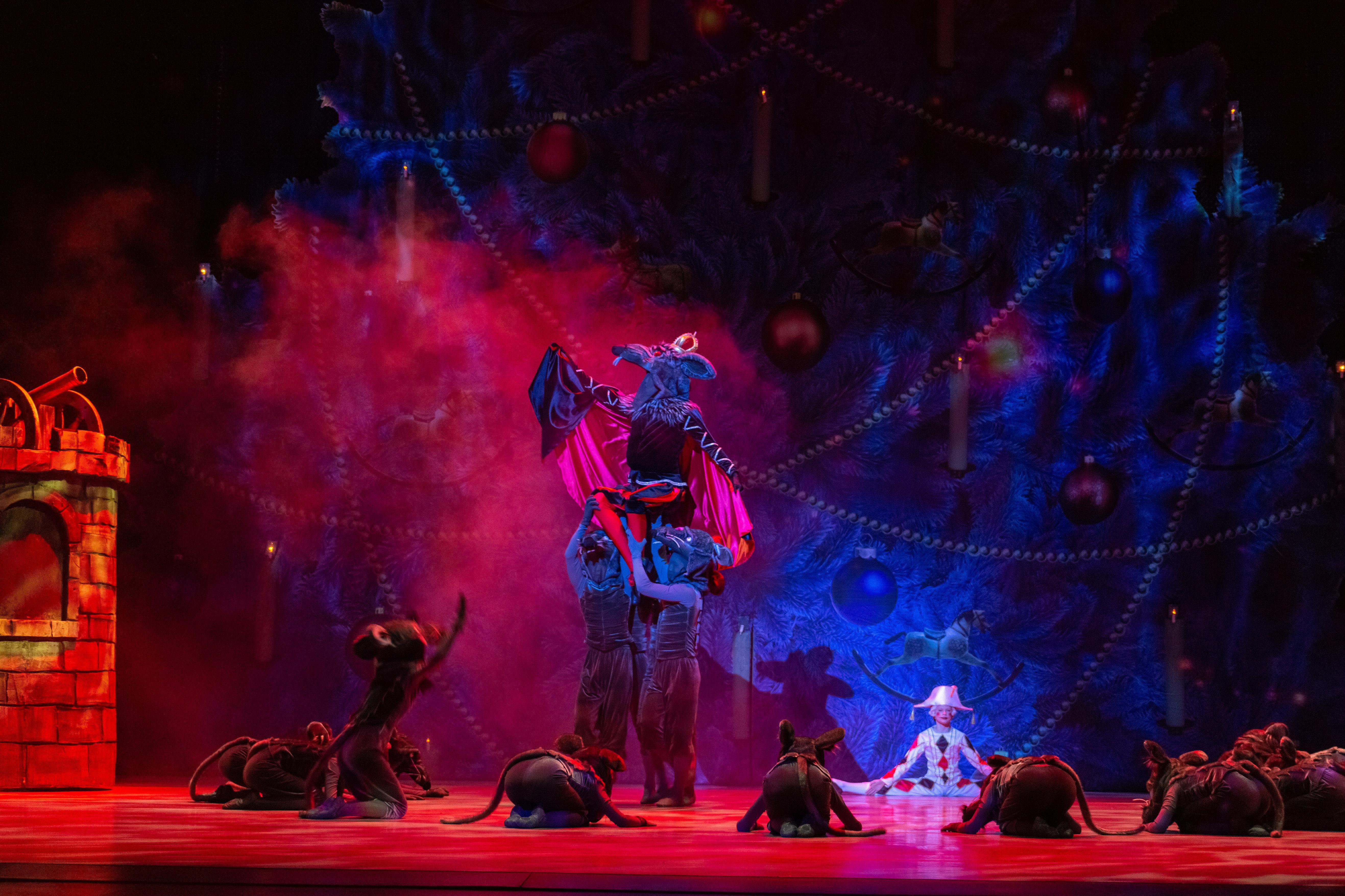 Астана балет театрындағы қойылым кезінде түсірілген сурет