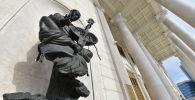 Скульптура у здания театра Астана Опера