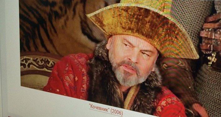 Фото страницы сайта kino-teatr.ru с изображением  Тунгышбая Жаманкулова на экране