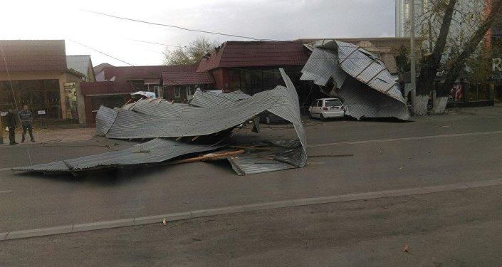 Сорванные ураганным ветром металлические конструкции в Таразе